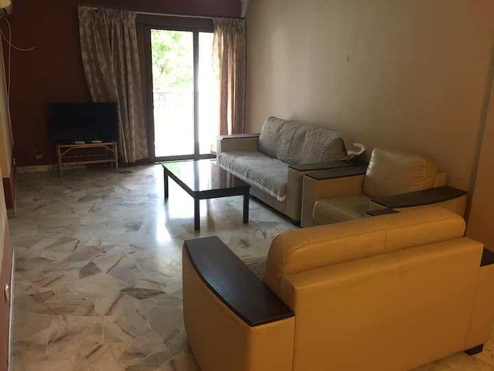 Cosy comfy condo nearby public transport amenities