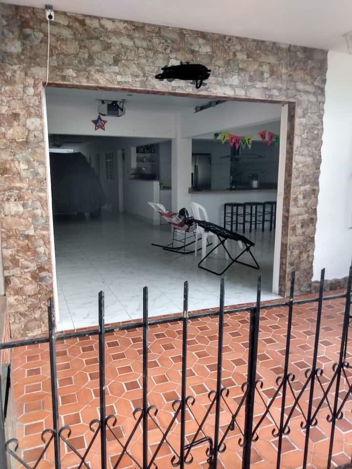 Casa con terraza para BBQ en Yumbo Valle.