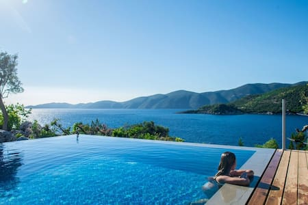 2021 OFFERS:Exclusive Waterfront Villa,2 private pools & stunning view!