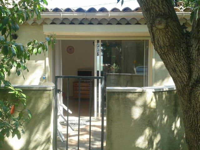 Petit studio au calme - Arles - Huis
