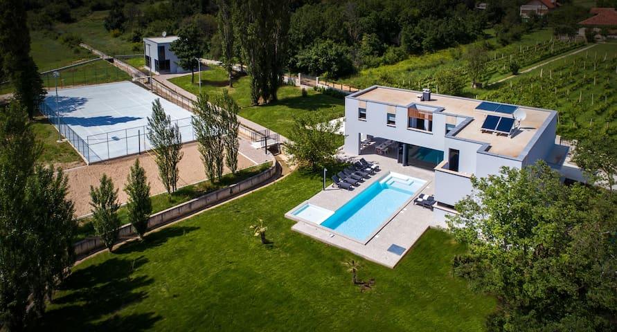 Luxury Villa Lucella, big pool, spa, tennis, gym