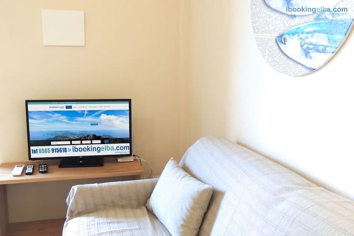 Il Sogno Azzurro - Bilo Superior (n°12) Soggiorno con divano letto matrimoniale e angolo TV