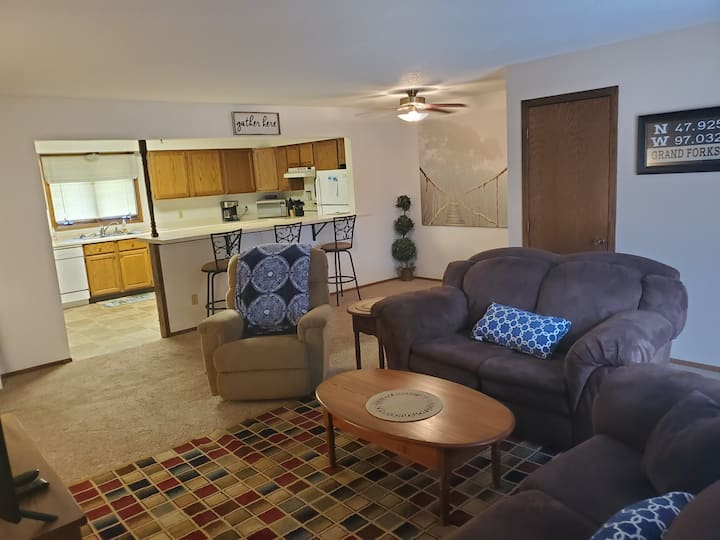 Spacious 2 BR Upper Level Apartment (Altru/UND)