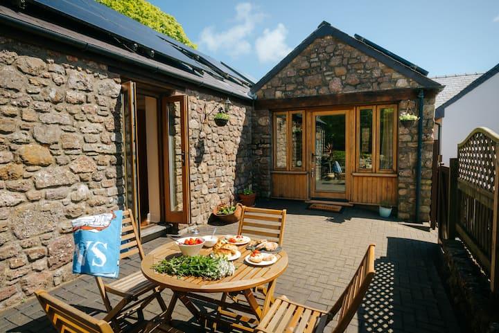 Cob Cottage, gorgeous stone-built Rhosilli cottage