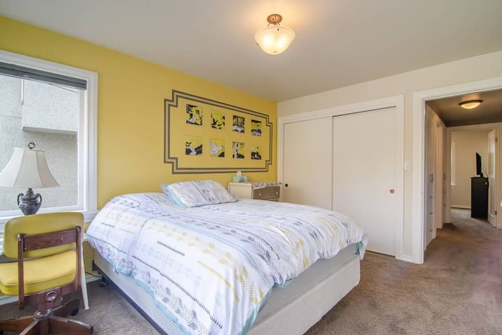 Sunny guest room in Fremont w/ private bathroom