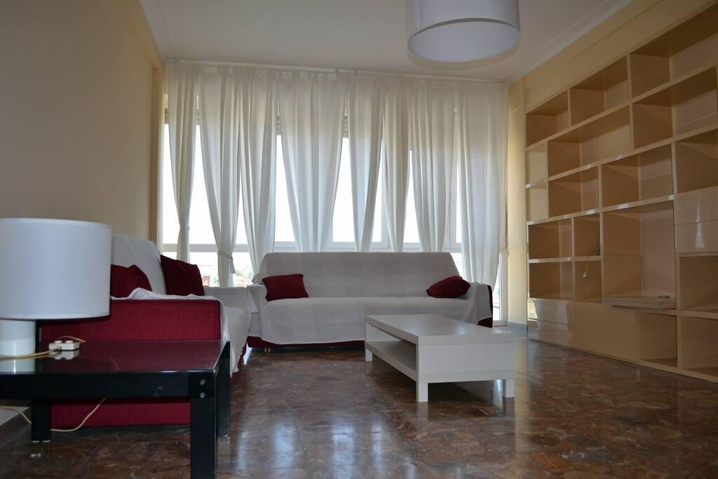 Ampio soggiorno con zona TV e divani letto
