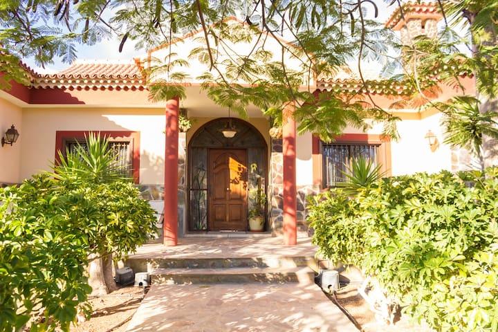 Entrada villa Floratere