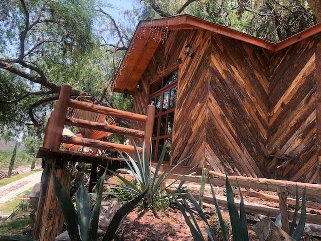 Hermosa cabaña a la orilla del rio.