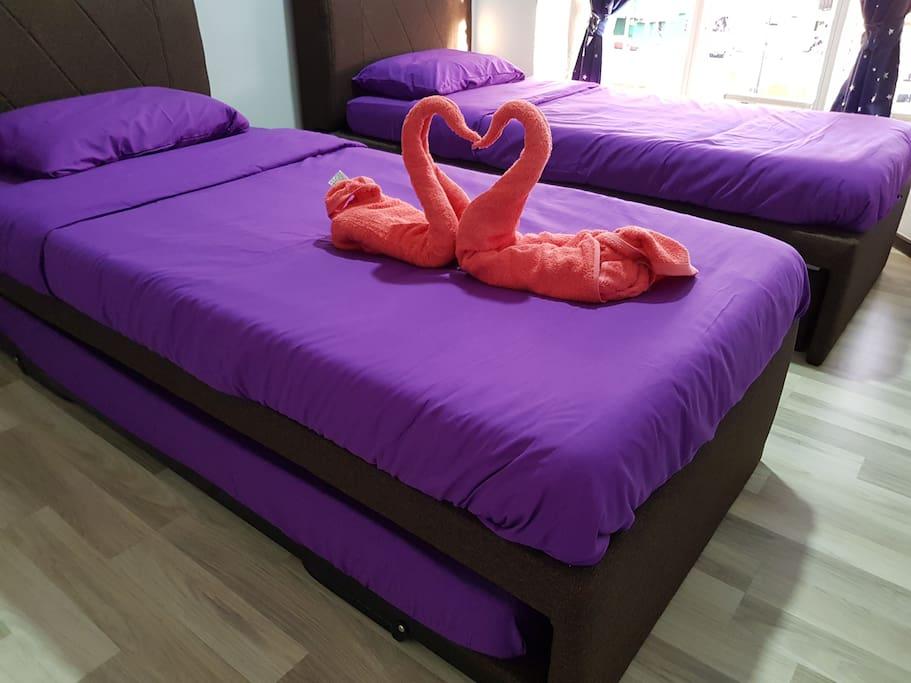 章魚房: 由2張單人子母床組成的床型. 可以入住3人。子母床是可以升高至同一水平。故可3張床合併. 此房間靠近大門出入口位置,方便早上要早出海人士選擇。