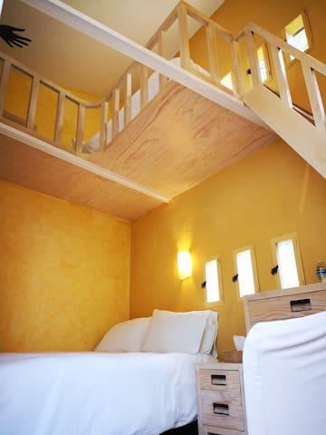 Habitación Estándar Mariposas Cama Matrimonial y Tapanco con cama individual