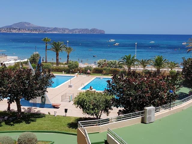 Apart. beach, terrace views, aircon, Fiber, pools
