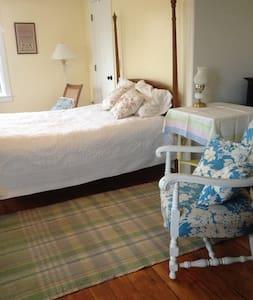 Morning Yellow Room @ Yellow House - Trumansburg - House