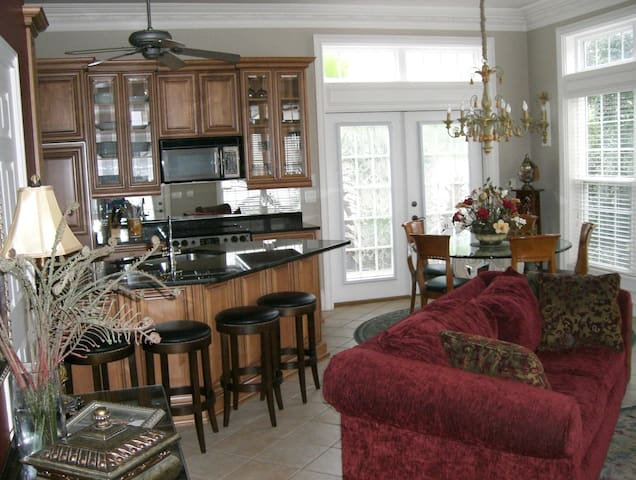 Beach Home 3BD, 2.5BA, Sleeps 8 - 100 yd to Beach - Destin - House