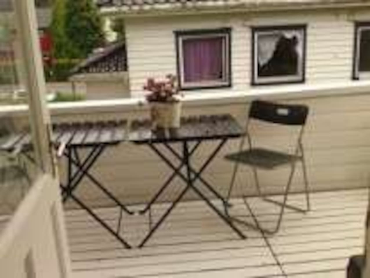 Terrasse for sunbading and enjoying meals. Also possible to dry your wash out in the fresh air.