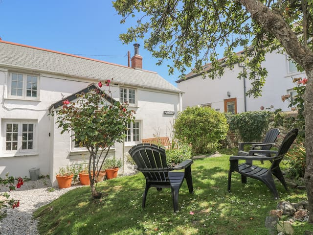 ELFIN COTTAGE, pet friendly, with open fire in Porthleven, Ref 959312