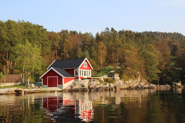 Cottage with jacuzzi and boat by the fjord - Nedstrand - Cabin