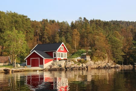Cottage with jacuzzi and boat by the fjord - Nedstrand