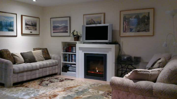 Self contained  3 br apartment near U of C,  Oval