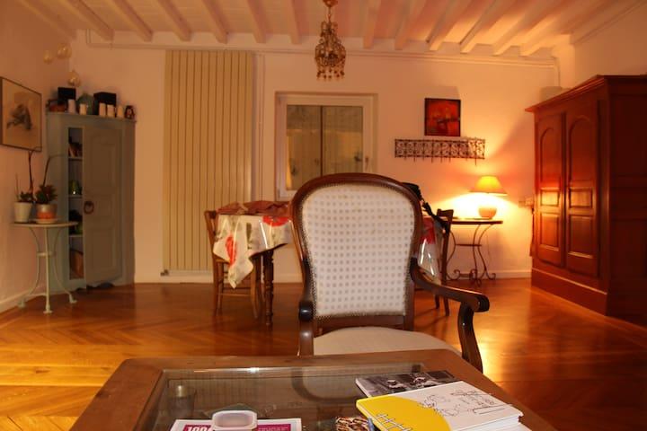 une chambre simple dans une maison douce - Chauriat - Casa