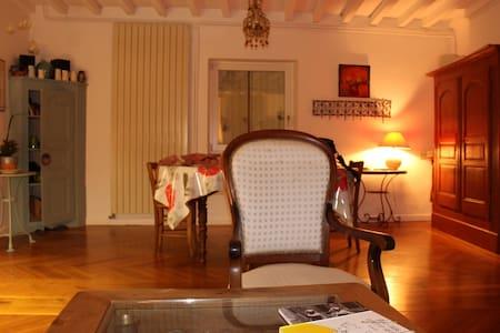 une chambre simple dans une maison douce - Chauriat - Huis