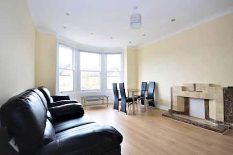 Spacious 2 bedroom flat in Ealing