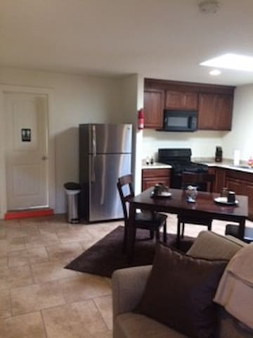 Studio 10 minute drive to downtown San Diego