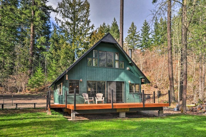Relaxing retreat on the White Salmon River!