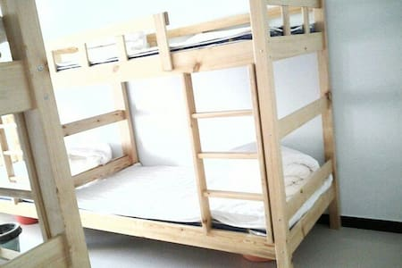 房源分享床位,装修简约大方宽敞舒适,家具布置舒适温馨,营造出家庭氛围。 - MO