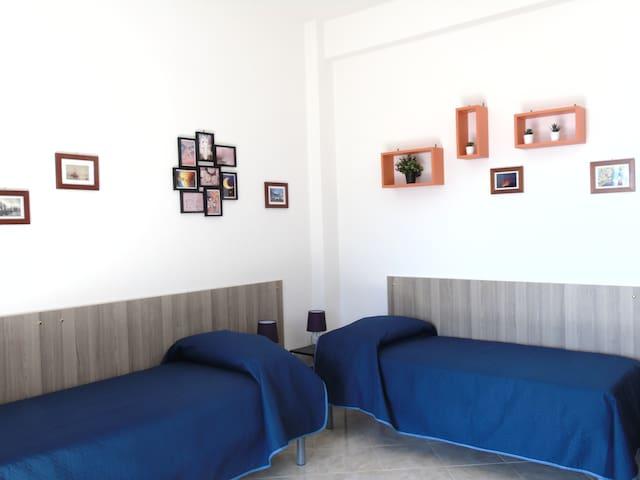 Camera  2 con letti singoli. E' possibile , se richiesto, avere  letto matrimoniale + un letto singolo
