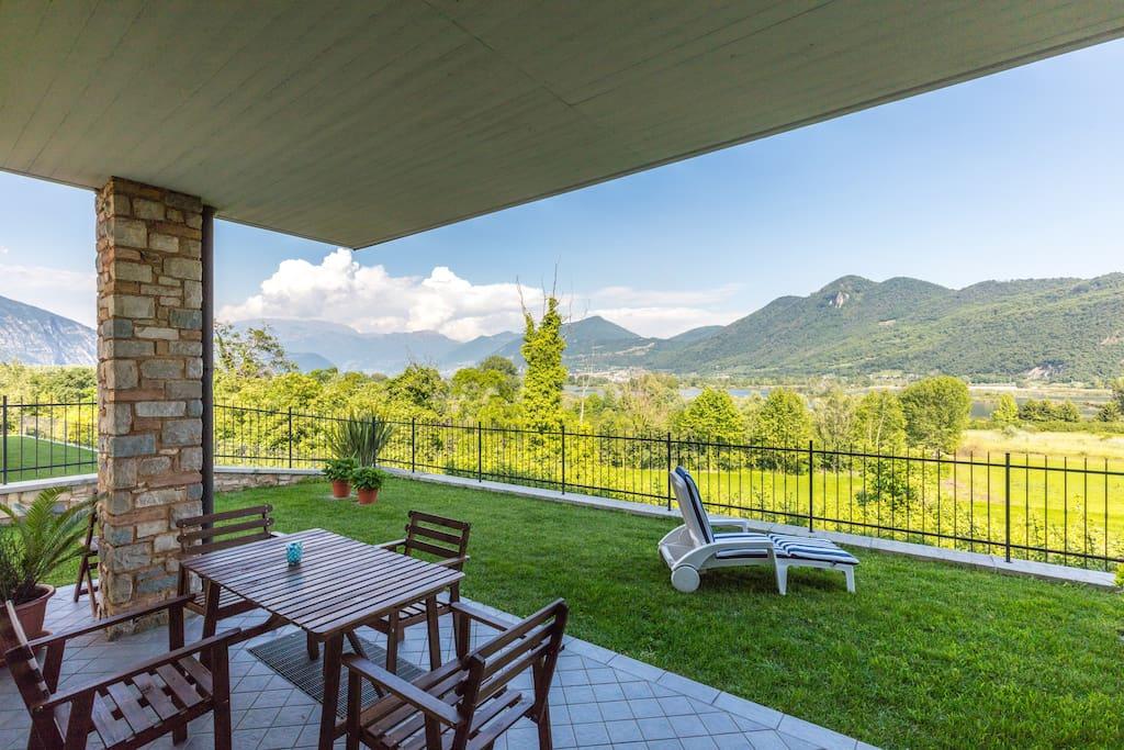 Il  giardino con le montagne sullo sfondo