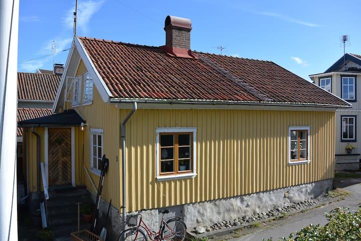 Fiskarstuga i Bohuslän nära bad och klippor - Hälleviksstrand - Blockhütte