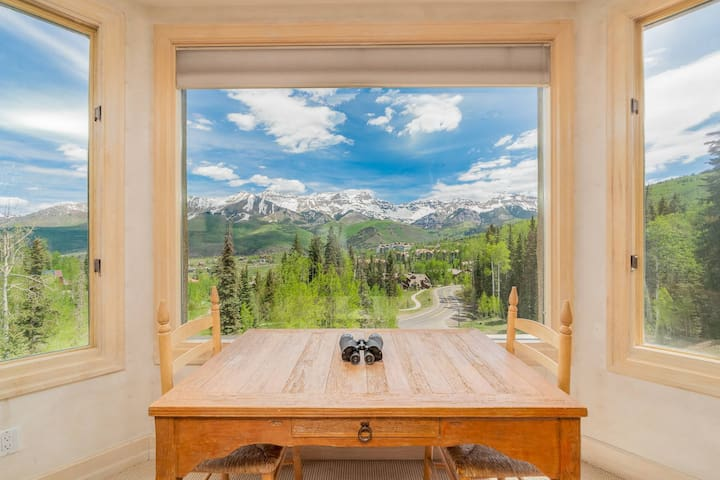 Breathtaking Views from an Amenity-Packed Condo Near the Slopes