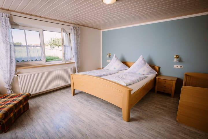 Stixenhof - Ferienwohnung Heidi Nehmeier (Haundorf), Ferienwohnung 1 - Sonnenaufgang und rollstuhlgerechte Einrichtung