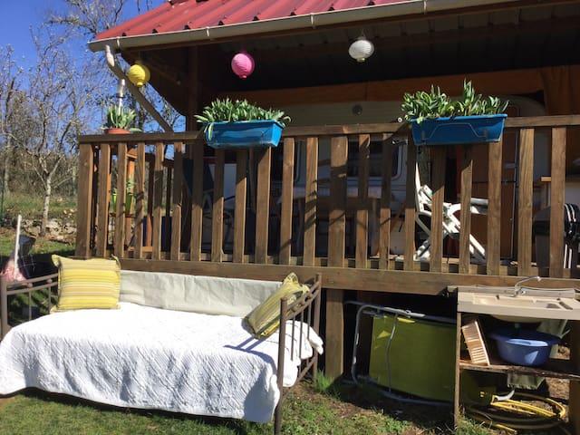 Caravane version chalet avec terrasse dans jardin