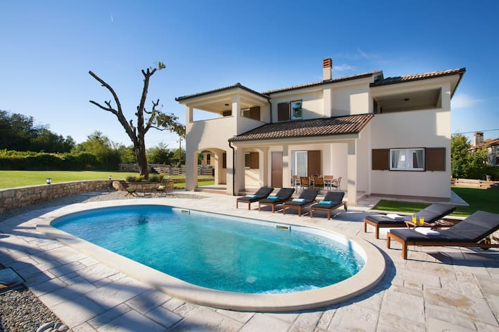 Lovely familiy villa with the pool