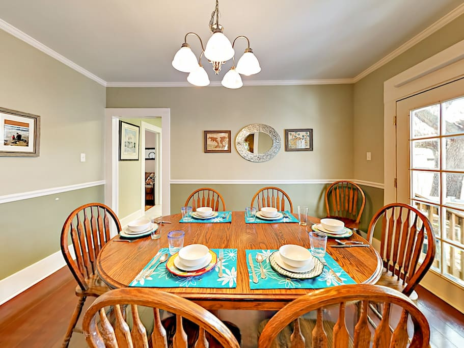 Enjoy festive vacation meals at the 6-person dining table.
