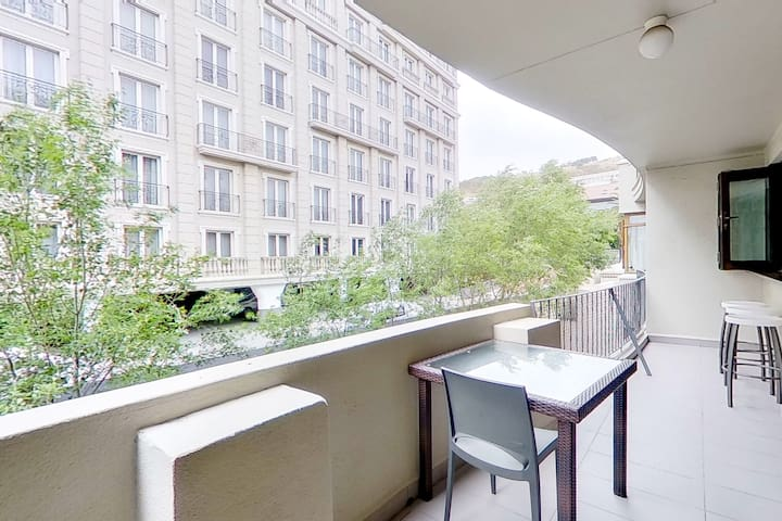 Convenient apt. w/furnished balcony, city views - walk to shops & restaurants