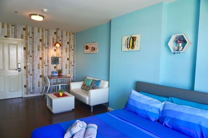 ภายในห้องนอน มีโต๊ะทานข้าว และโซฟานั่งเล่น The bedroom has a dining table. And a sofa
