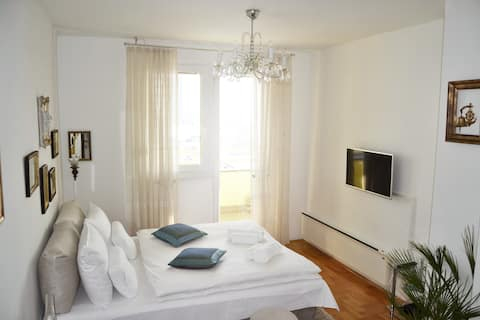 CRYSTAL Apartment-with FREE Parking and  City view