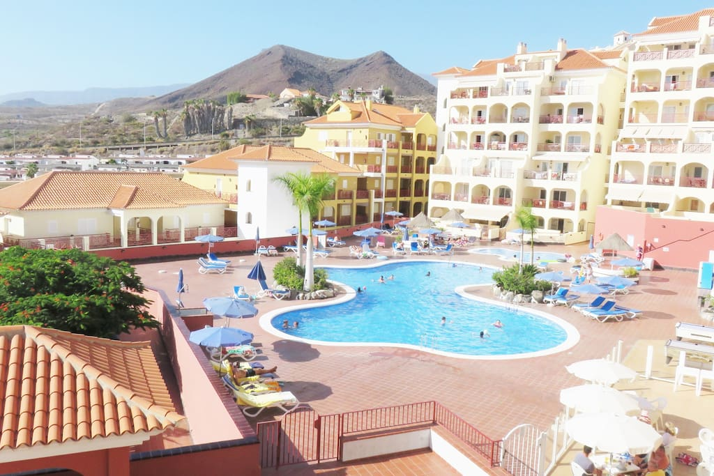 Disnastía building. Elegant and quiet complex located in the new area of Los Cristianos, at 10 minutes walk to the sea.