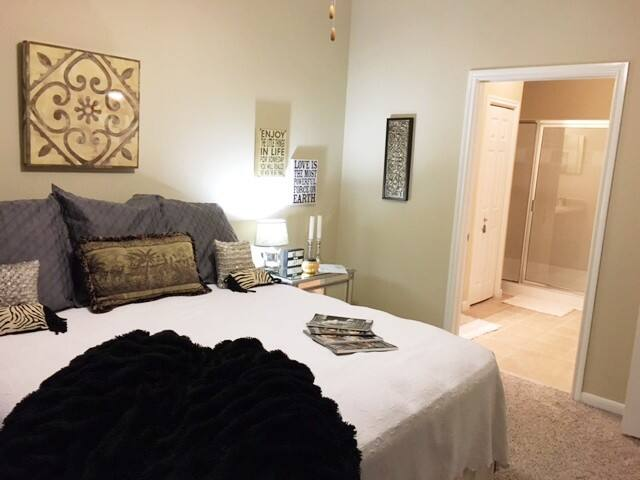 King Bed and Private Bath Close to Austin Texas