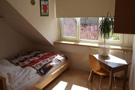 "1(/2)-person room ""Rose"" in green Amstelveen"