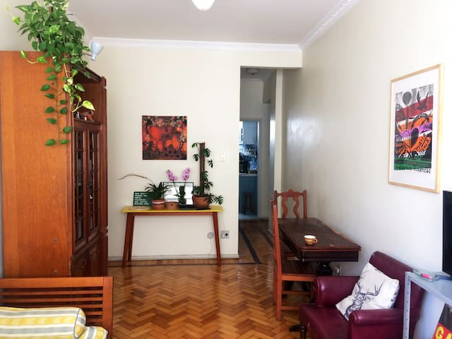 Quarto em apartamento charmoso de Laranjeiras