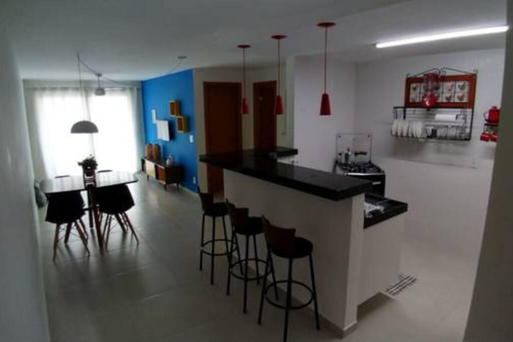 Cozinha e sala decoradas