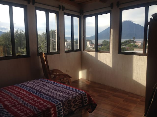 Amazing views in local neighborhood - Panajachel - Apartamento