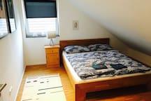 Modernes Zimmer mit Doppelbett, eigenem Bad+Couch