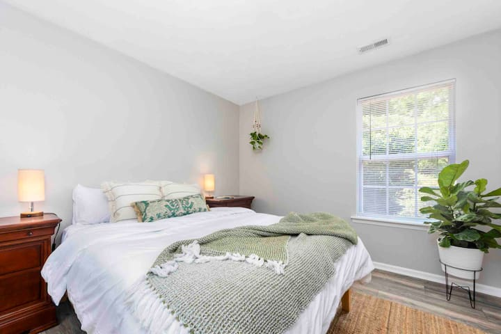 Second guest bedroom that is available for groups of more than two. Or for two people who wish to have their own space. (Additional fee applies)