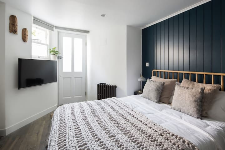 Stylish bedroom suite, private entrance in Hackney