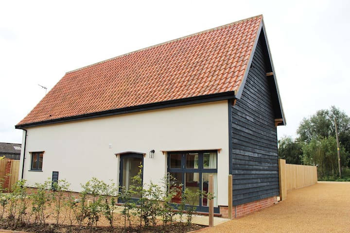 4* GOLD Beautiful Renovated Barn - Sleeps 4 - Brome - Hus