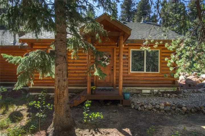 Cozy Log Cabin with Hot Tub